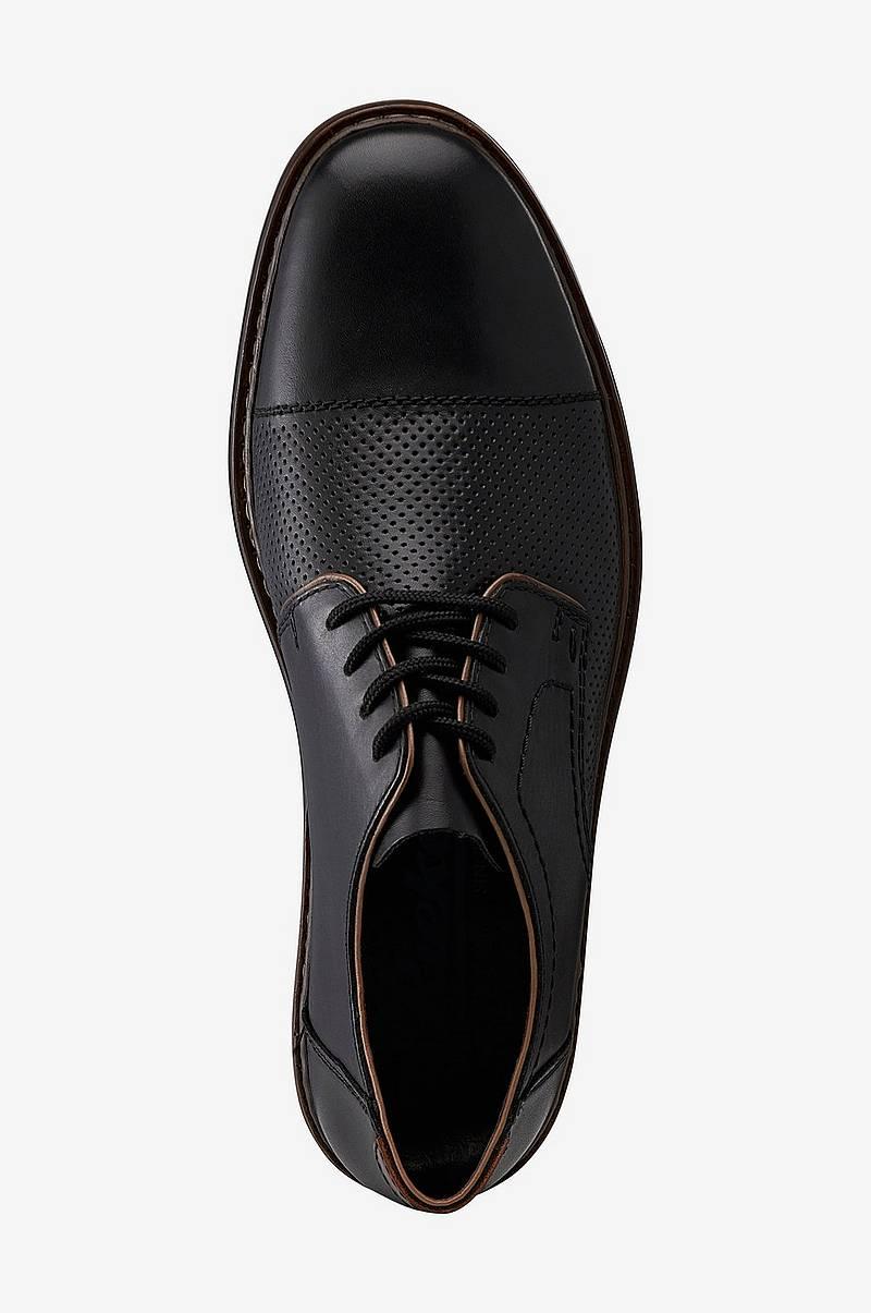 Miesten kengät, joissa rei'itetty kuvio