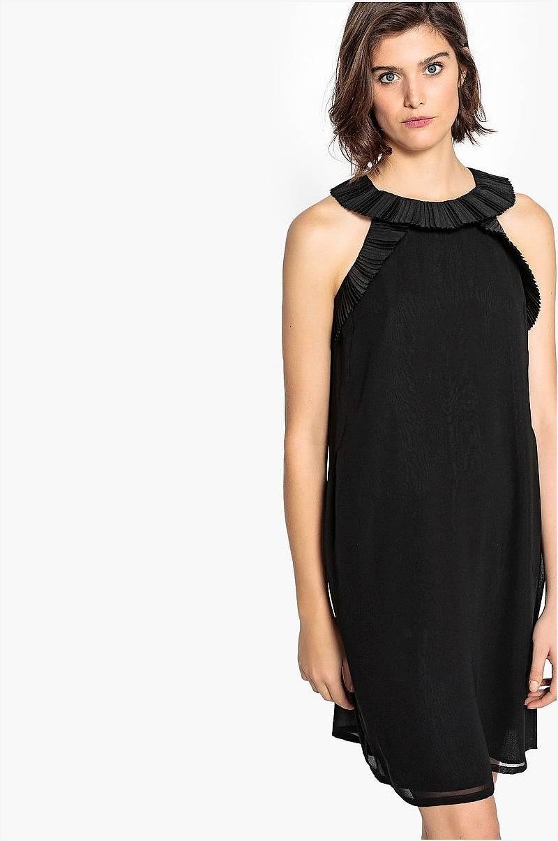 deb28449008 Enfärgad, ärmlös klänning i rak modell med volangdetaljer