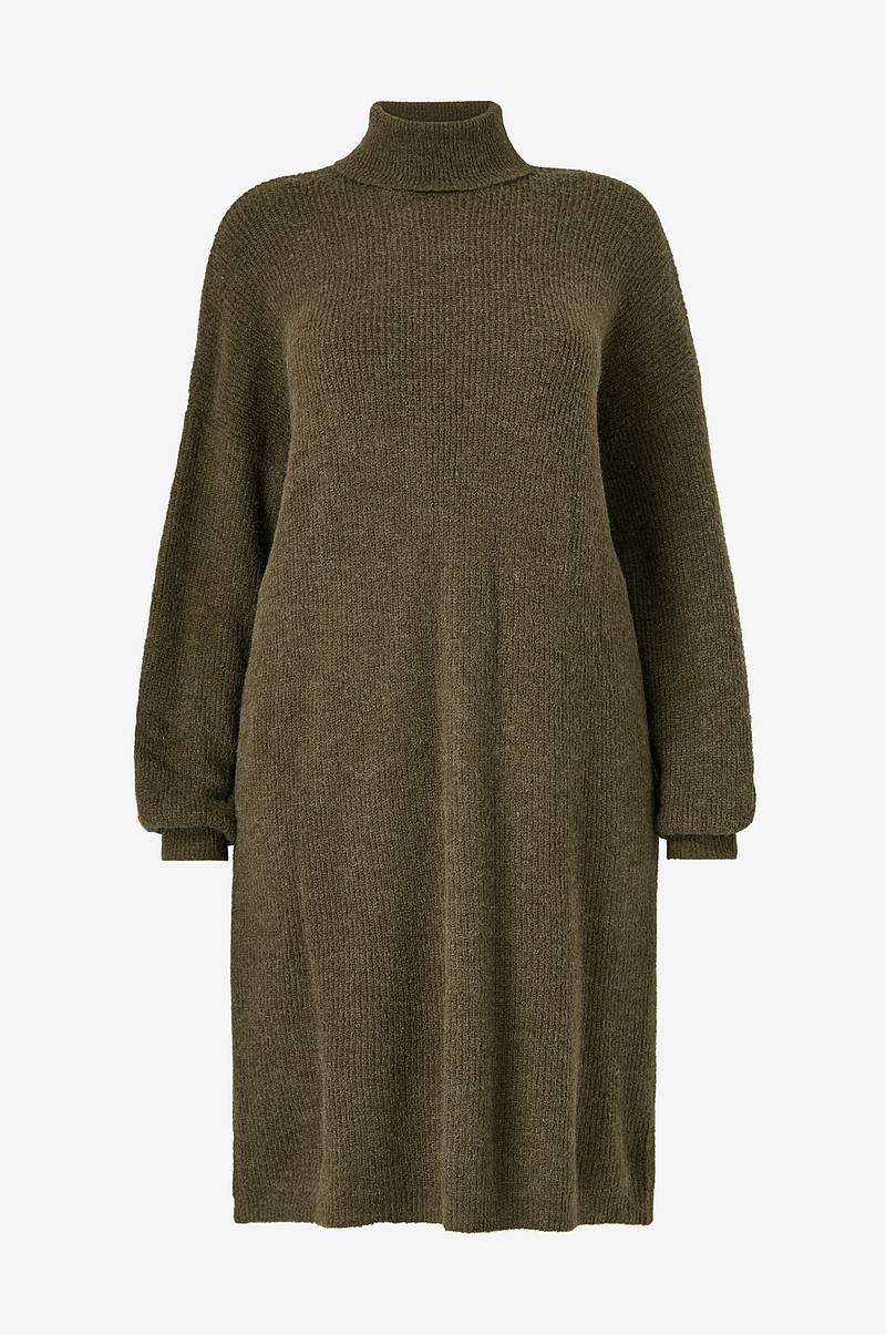 Bibi stickad klänning med polokrage | Jumperfabriken.se