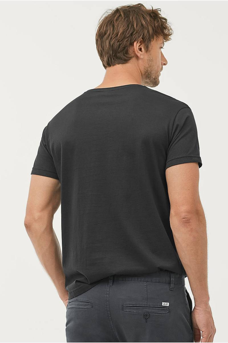 a71e53b7 T-shirt Kari med v-hals