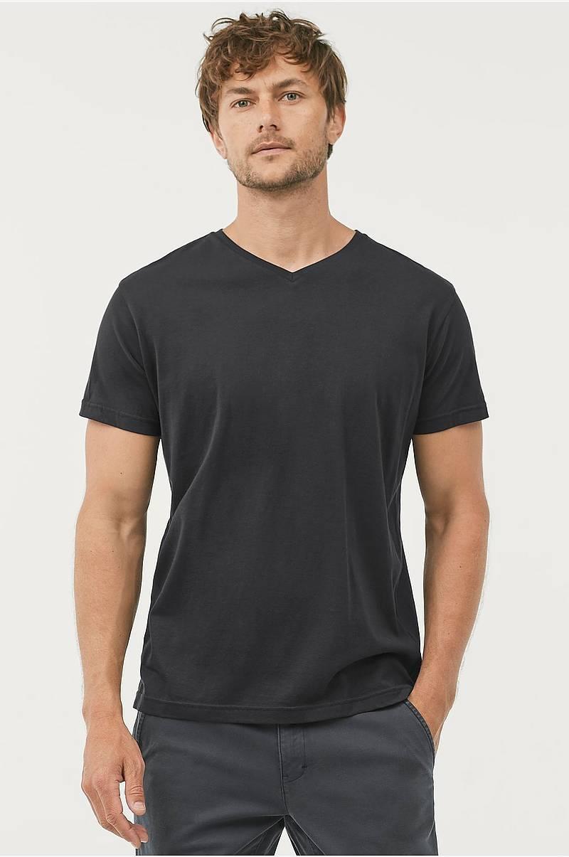 f4f35ac2 T-shirt Kari med v-hals