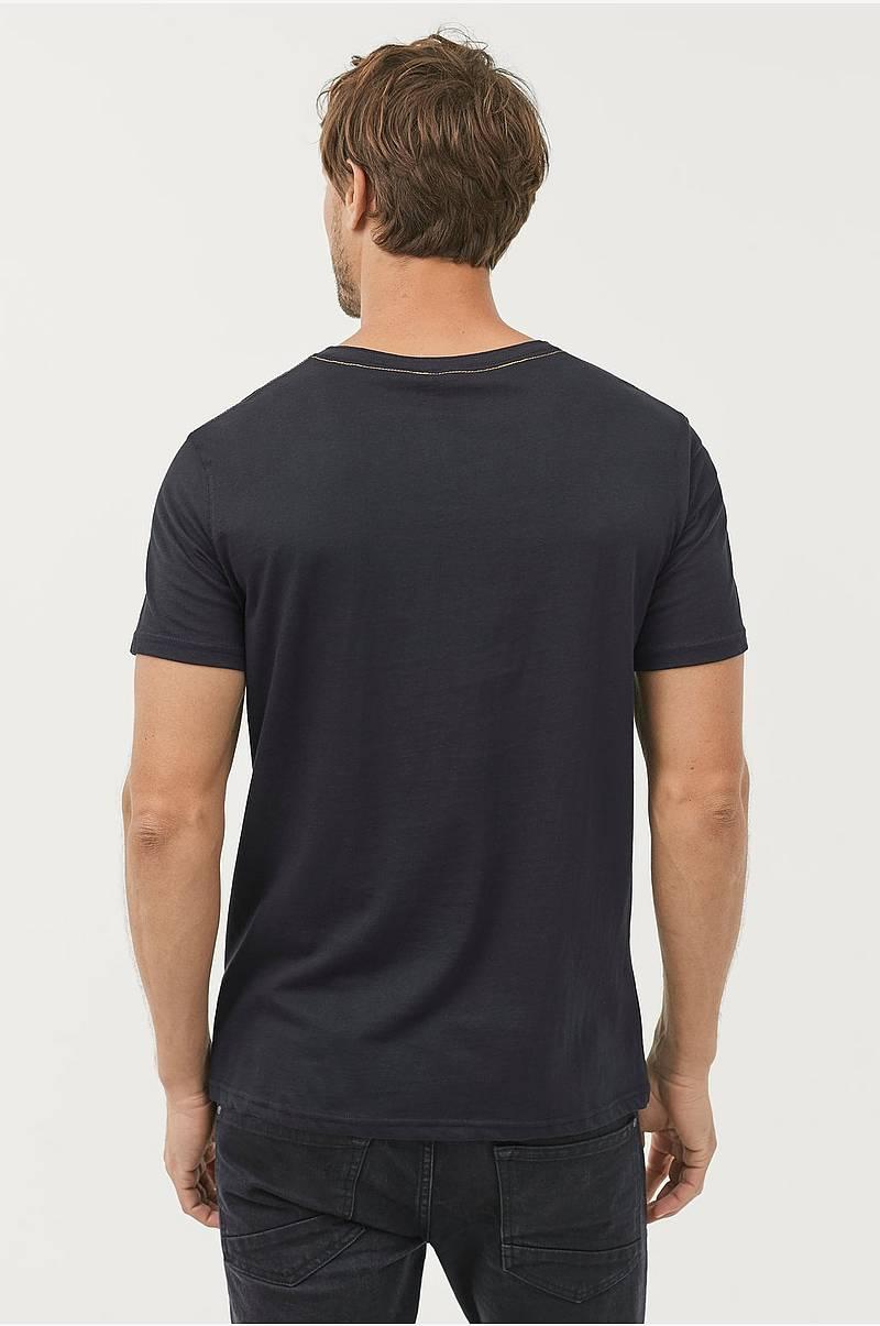 3c18df9d T-shirt med knapper