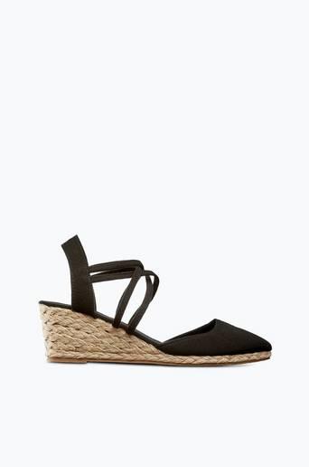 Sandaletit, joissa narupäällysteinen korko