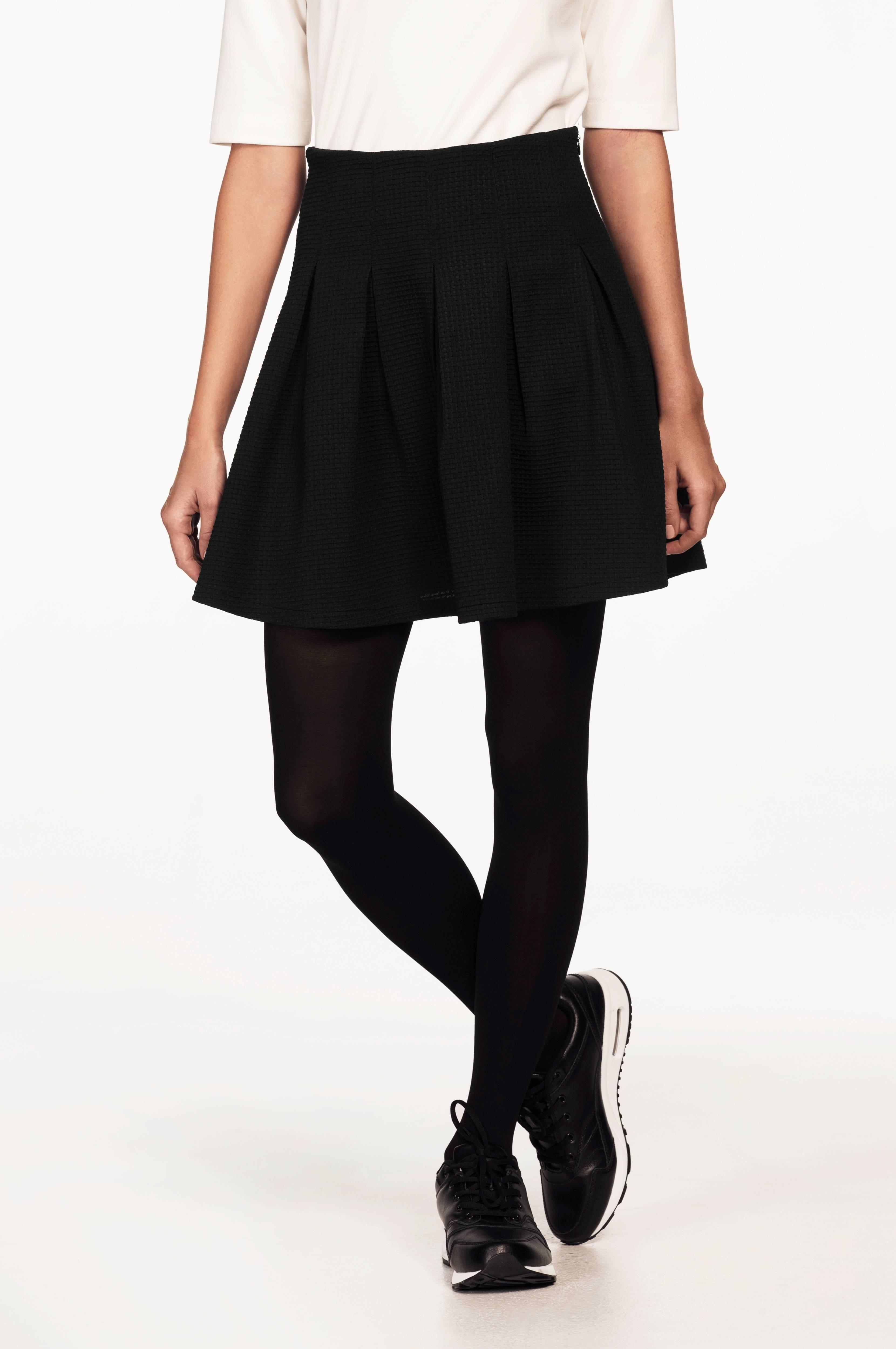 svart veckad kjol
