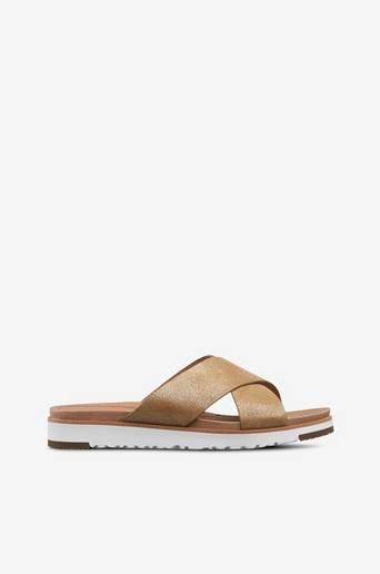 Kari-sandaalit, joissa kullanväristä kimalletta