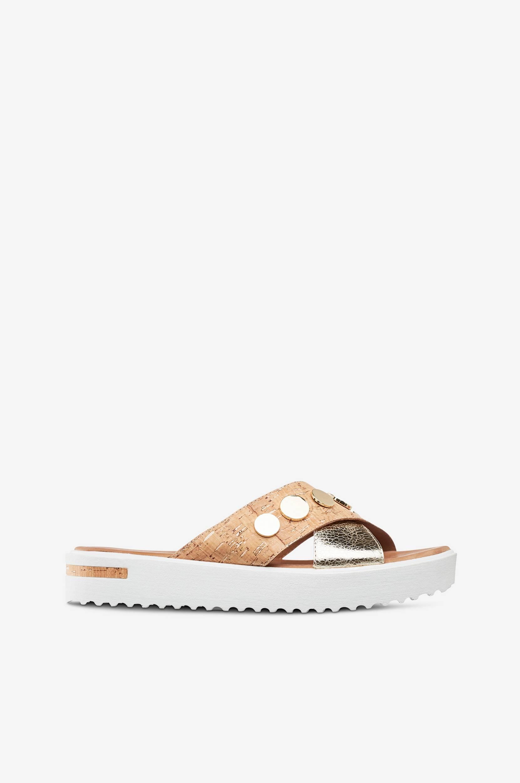 Sandaalit, joissa kullanväriä ja korkkia