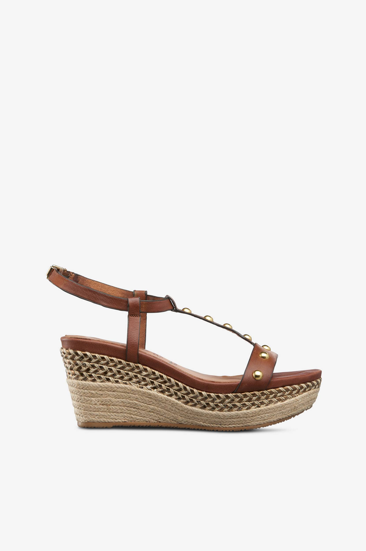 Sandaletit, joissa kullanväriset detaljit