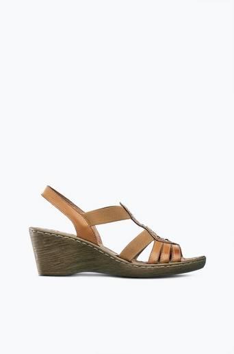 Sandaletit, joissa pienet niitit