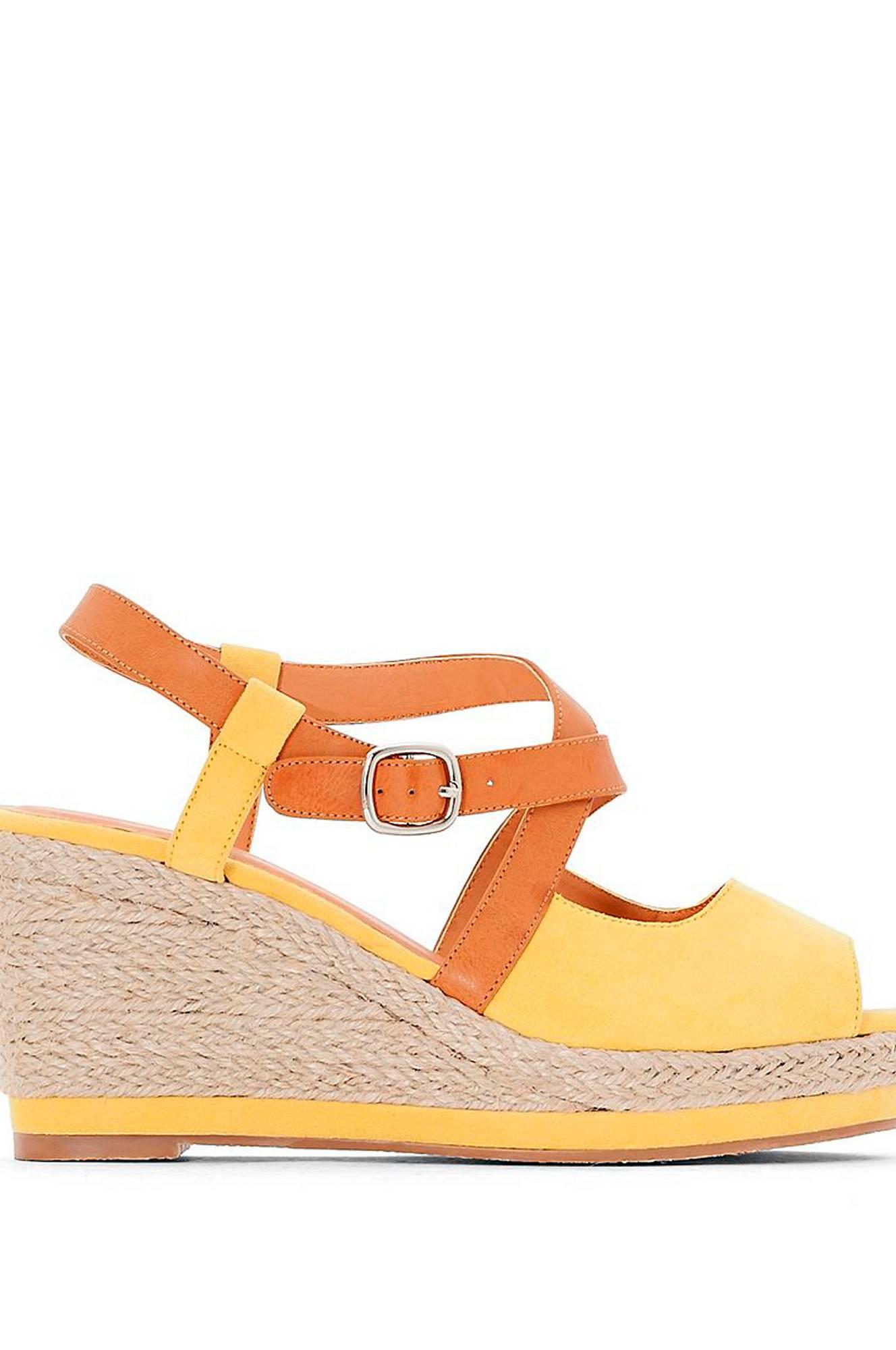 Kaksiväriset sandaletit, joissa kiilakorko
