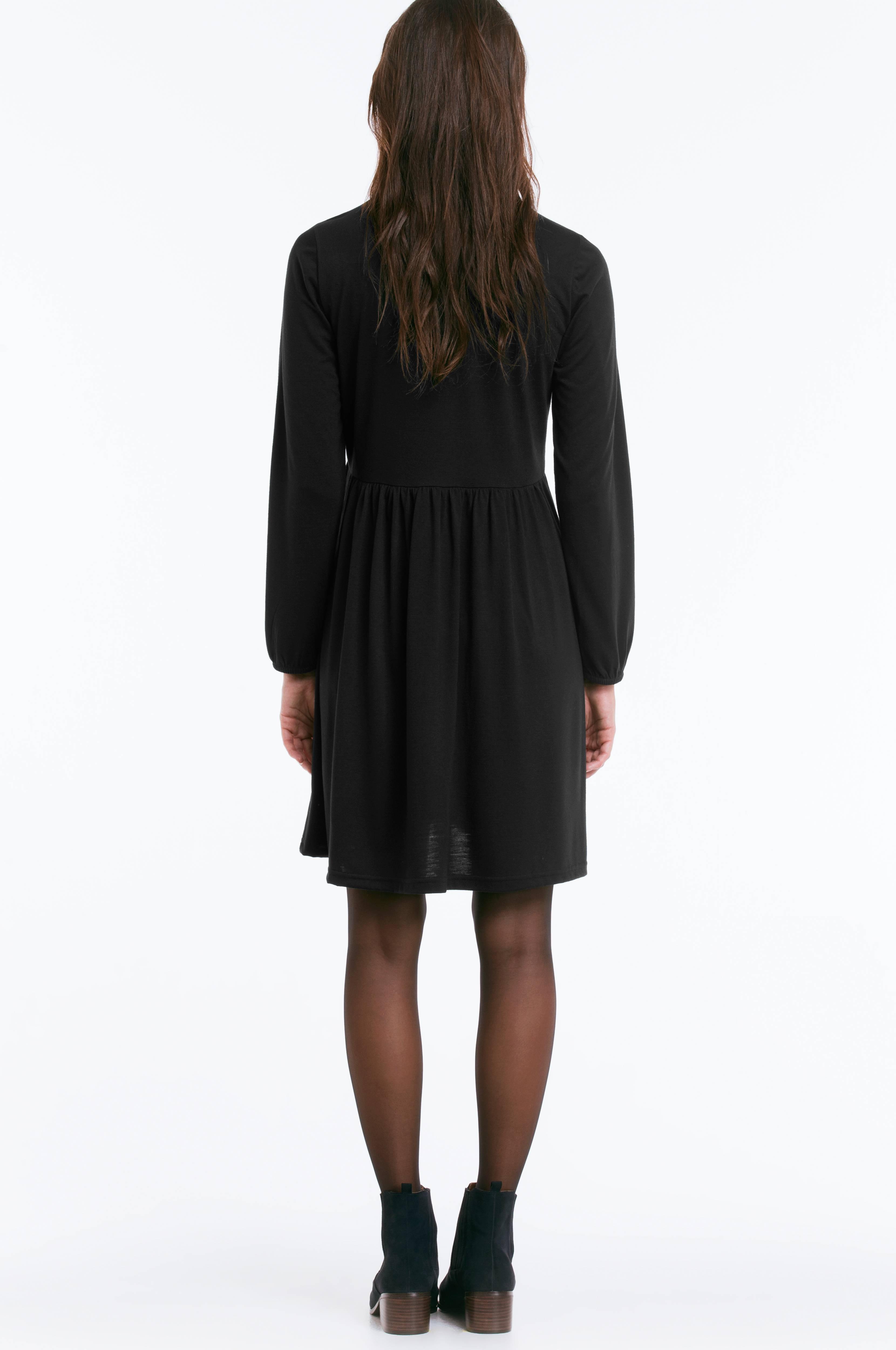 Svart langermet kjole