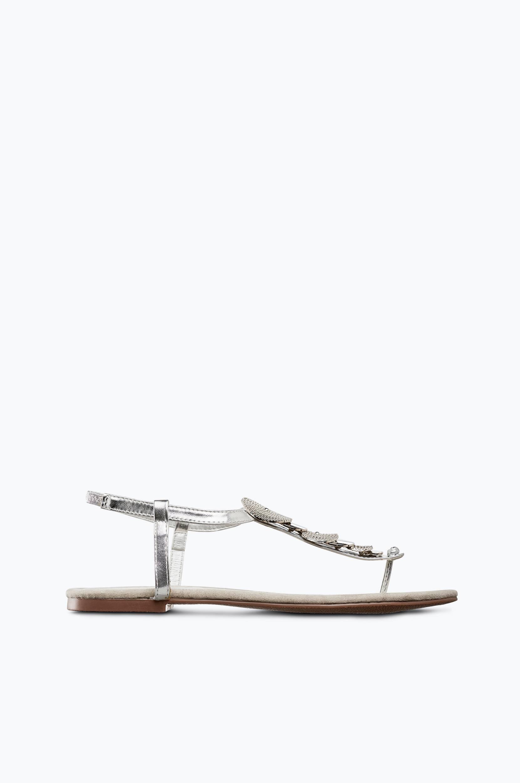 Sandaalit, joissa hopeanväriset koristeet