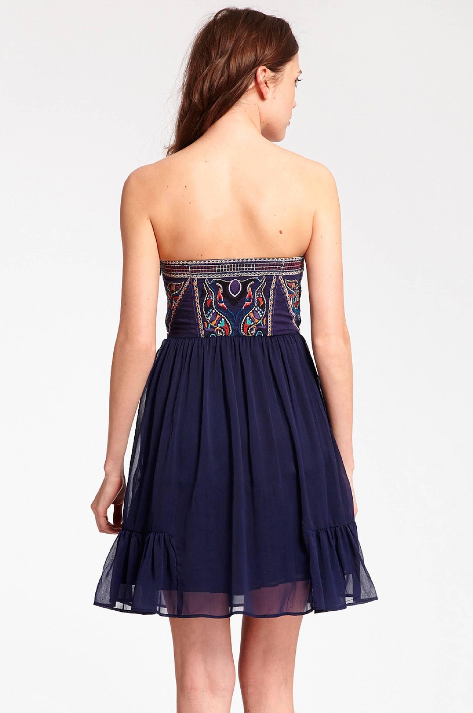 Olkaimeton mekko, jossa kirjailua
