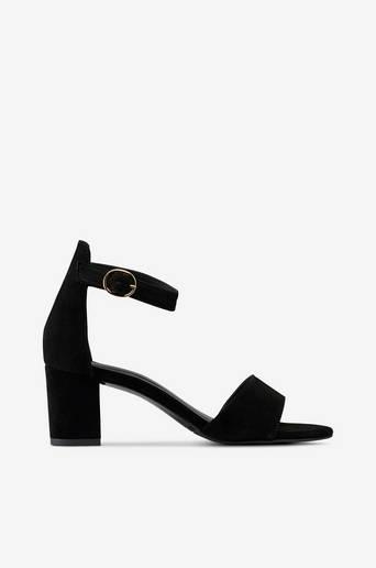 Sandaalit, joissa nilkkaremmi