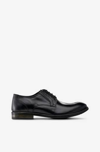 Kengät nahkaa