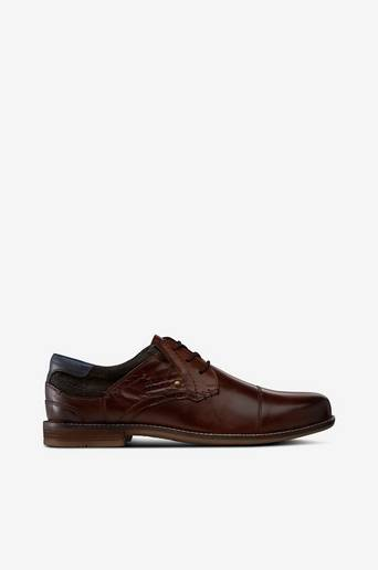 Matalakantaiset kengät, joissa tyylikkäät detaljit