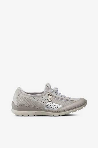 Kengät, joissa hopeanväriset detaljit