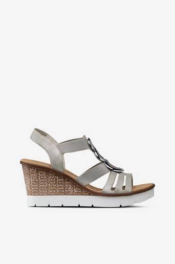 Sandaletit, joissa koru