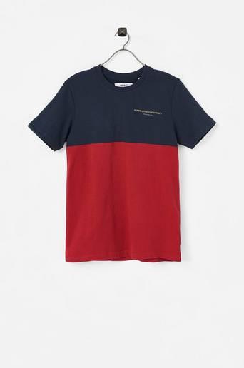 T-paita, jossa pieni painatus